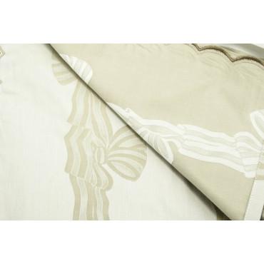 Le couvre-lit est Léger Double Satin de Coton Beige Arcs de Damas 260x270 réf. Rebrodé Brodé