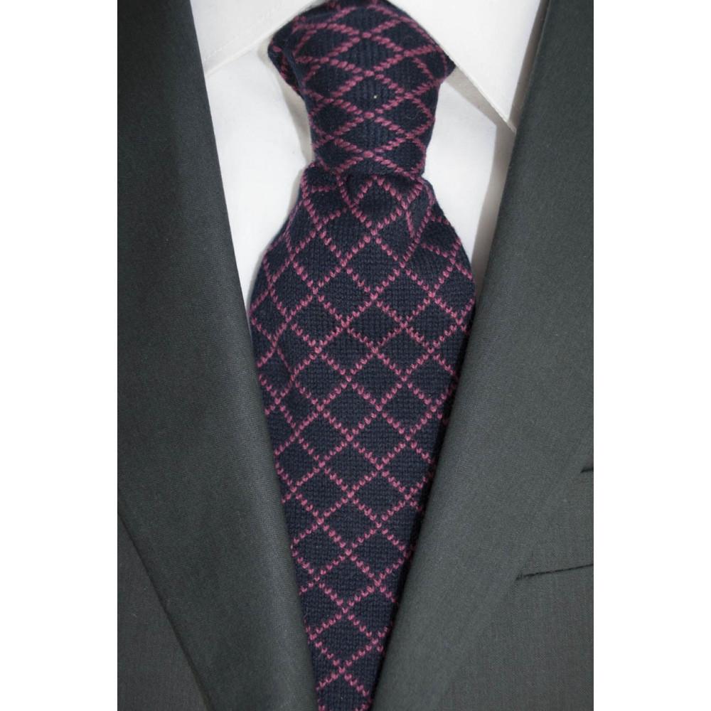 Cravatta in Maglia Blu Scuro Rombi Rosa - 100% Puro Cachemire - Made in Italy